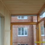Окна на балконе из дерева