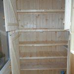Открытый шкаф из дерева