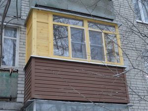 Балкон с деревннями окнами