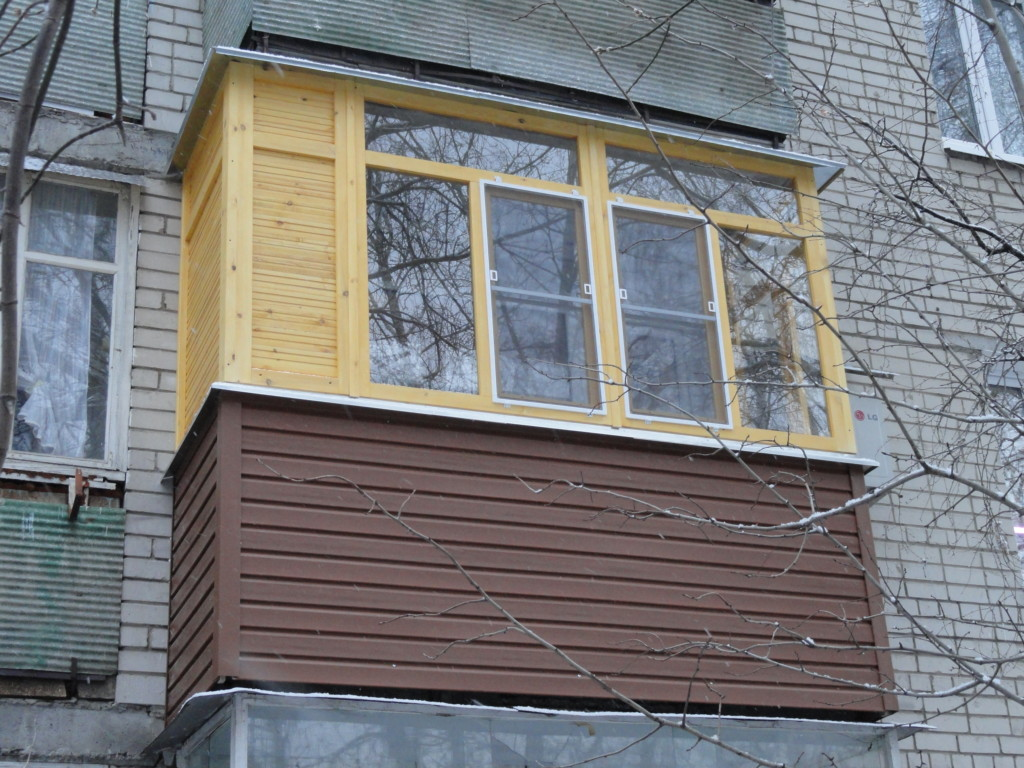 Балкон с деревннями окнами в Нижнем Новгороде
